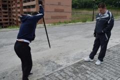 <strong>Недовольные горожане пытаются разломать бетонный заезд на территорию</strong>