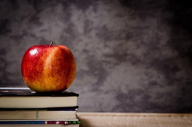 Школа, яблоко, книги