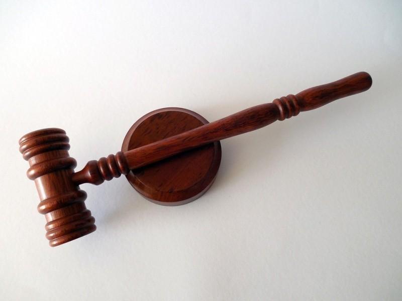 Суд, в суде, молоток, судебная власть
