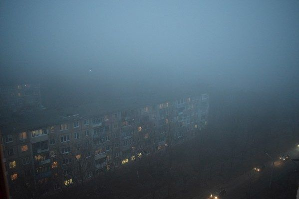 Густой туман окутал вечерний Владивосток