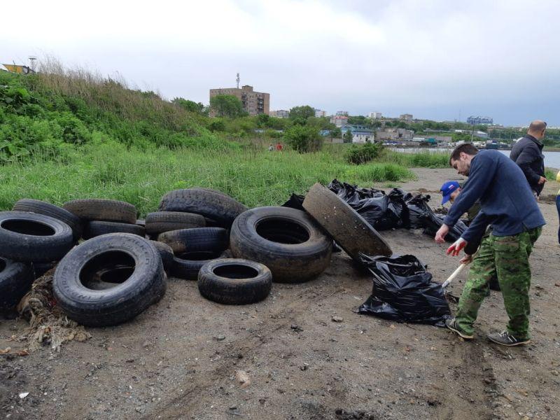Покрышки, мусор, субботник. Фото: пресс-служба ФГУП «Росморпорт».