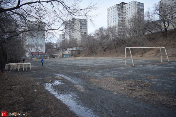 Территория у школы №58 в марте 2017 года