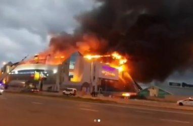 Опубликованы кадры жуткого пожара в ТЦ «Максим» во Владивостоке