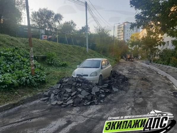 Во Владивостоке автомобиль забаррикадировали кучей старого асфальта
