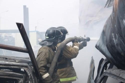 Пожарные, пожар. Фото - пресс-служба Главка МЧС по Приморью