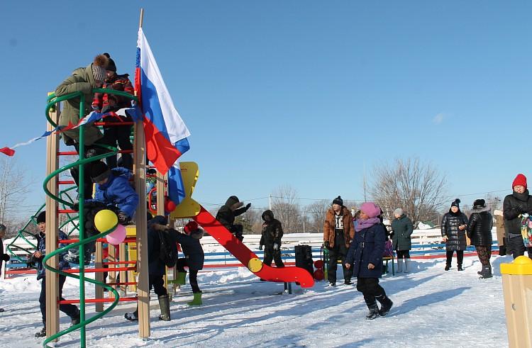 Новая детская площадка, село Красный Яр, фото - пресс-служба национального парка «Бикин»