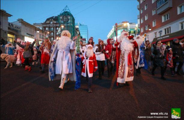 Деды морозы и Снегурочки. Фото - пресс-служба мэрии Владивостока