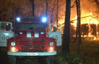 Во Владивостоке одноэтажный дом тушили 30 пожарных