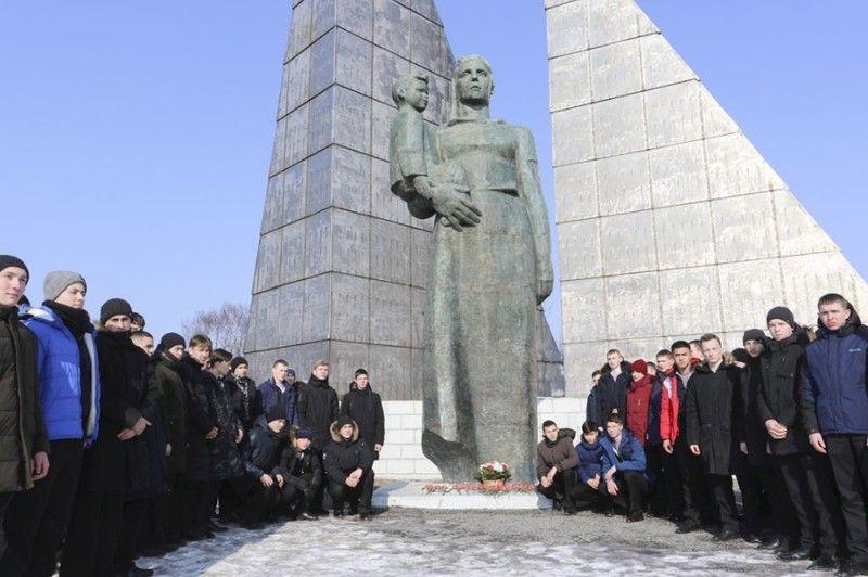В Находке почтили память моряков и рыбаков, погибших на траулере «Бокситогорск». Фото - пресс-служба Находкинского городского округа