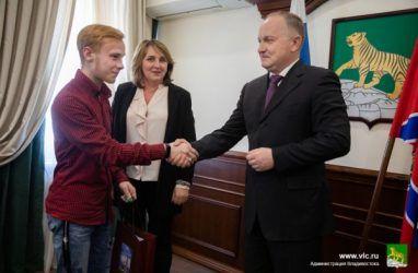 Во Владивостоке дети-сироты получили четыре квартиры