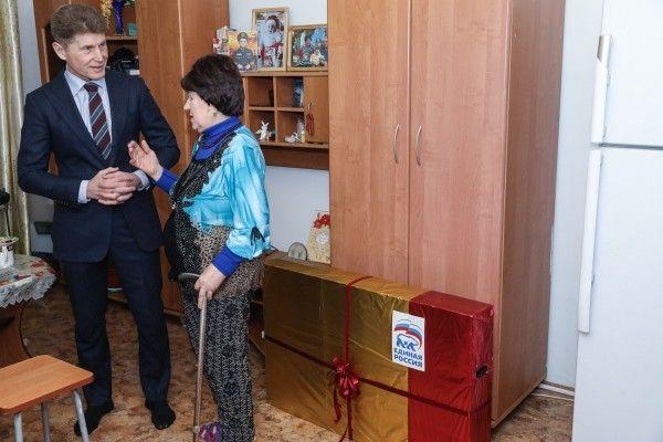 В Приморье единоросы подарили ветерану телевизор