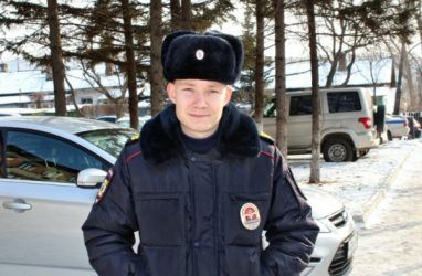 В Приморье полицейский спас горящего бездомного