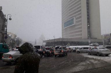 Десятибалльные пробки сковали Владивосток на фоне мокрого снега