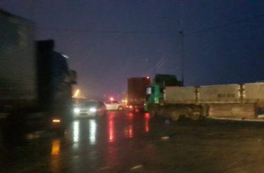 Несколько большегрузов скопилось на выезде на объездную трассу во Владивостоке