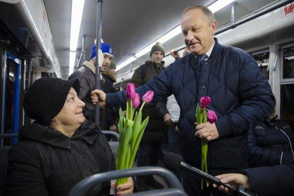 Мэр Гуменюк дарит цветы. Фото - Анастасия Котлярова