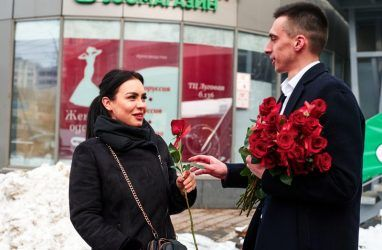 «Холостяки» одарили жительниц Владивостока розами