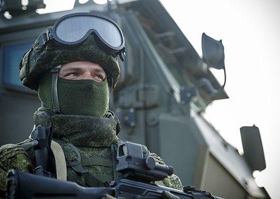 Солдат, оружие, маска