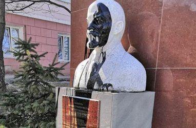 Во Владивостоке вандалы осквернили бюст Ленина