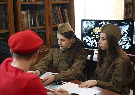 В Приморье открыли пункт оцифровки документов времён Великой Отечественной войны, девушки в форме, военная форма. Фото - пресс-служба ВВО
