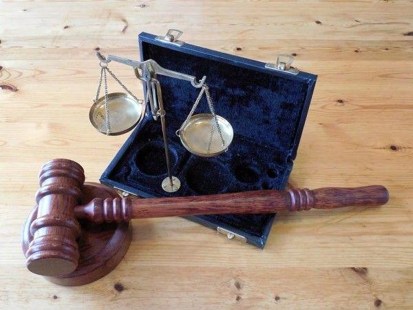 В суде, судебная власть, молоток, в суде. Фото - pixabay