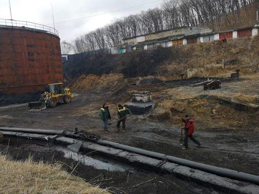 Очистка территории возле аварийной емкости