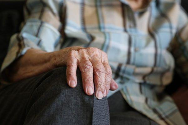 Старость, мужчина, пенсионер, дедушка, помощь. Фото - pixabay