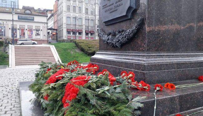 Стела, цветы, гвоздики, Город воинской славы