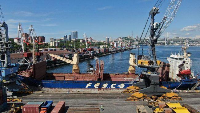 Грузовое судно FESCO, порт Владивосток, ВМТП