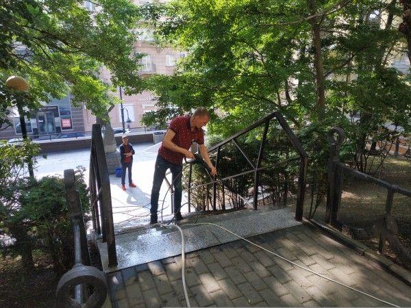 Уборка в сквере Бриннера. Фото - пресс-служба ОНФ