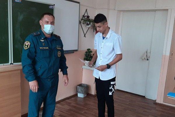 В Приморье наградили школьника за спасение людей на пожаре. Фото - пресс-служба администрации Находкинского городского округа