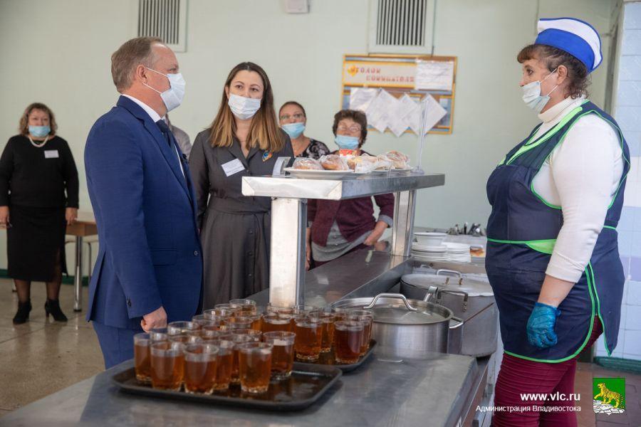 Школьная столовая, Олег Гуменюк оценил завтраки в школах. Фото - Анастасия Котлярова