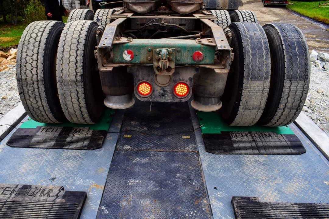 Весы, грузовик