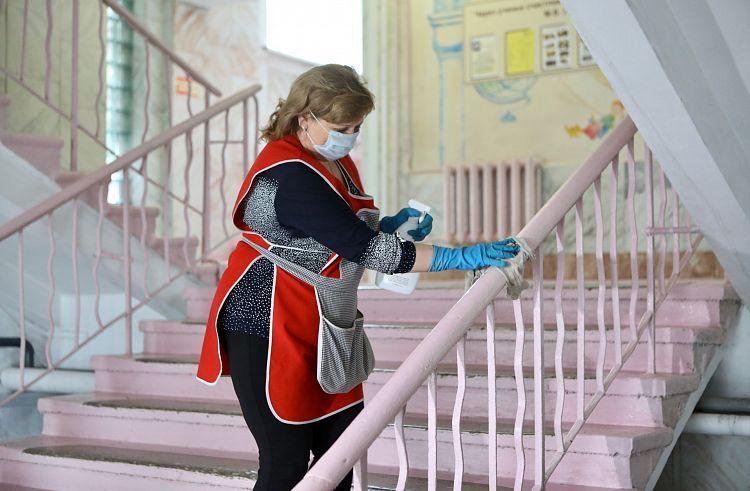 Уборщица, санитарный контроль, уборка, школа, коронавирус. Фото - Александр Сафронов (правительство Приморского края)