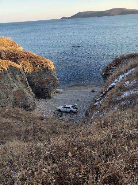 Угнанный автомобиль рухнул с обрыва. Фото - пресс-служба ОМВД России по Хасанскому району