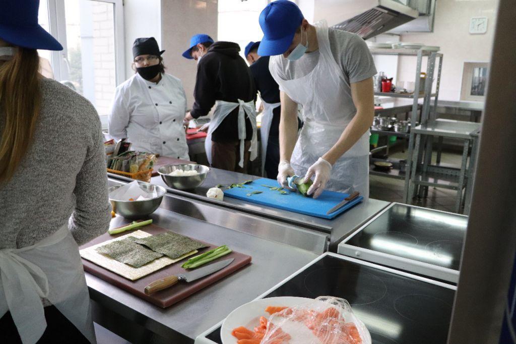 Во Владивостоке бренд-шеф сети суши-баров дал мастер-класс студентам ВГУЭС