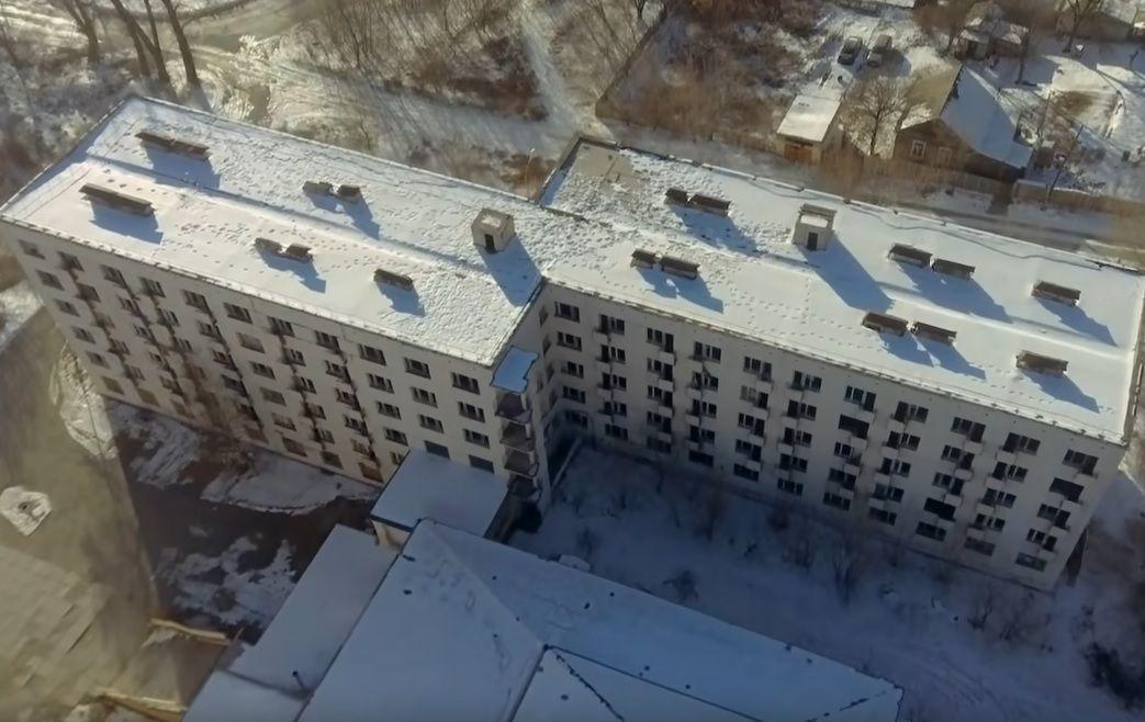 Аварийный дом в Дальнегорске, видео о пенсионерах. Фото - скриншот с видео