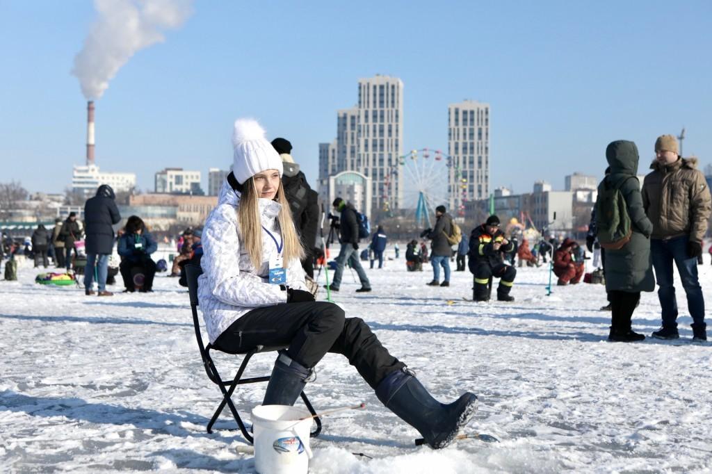 Девушка на рыбалке в Приморье, Народная рыбалка. Фото - Александр Сафронов (правительство Приморского края)