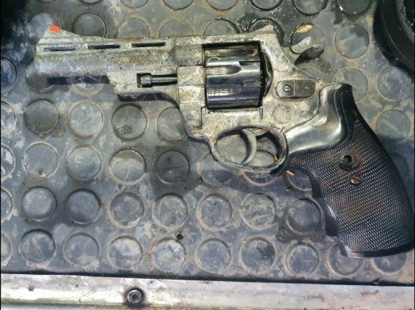 Револьвер, у приморца обнаружили боеприпасы и оружие. Фото - пресс-служба УМВД России по Приморскому краю