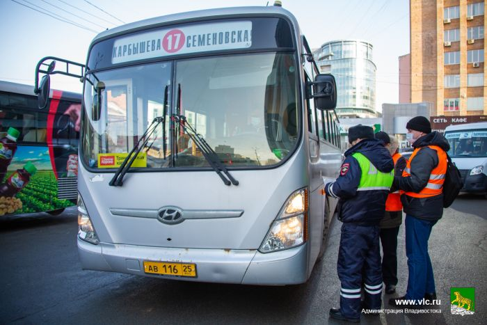 Рейд, штрафы автобусникам, автобусы, ГИБДД, ДПС, инспектор. Фото - Анастасия Котлярова