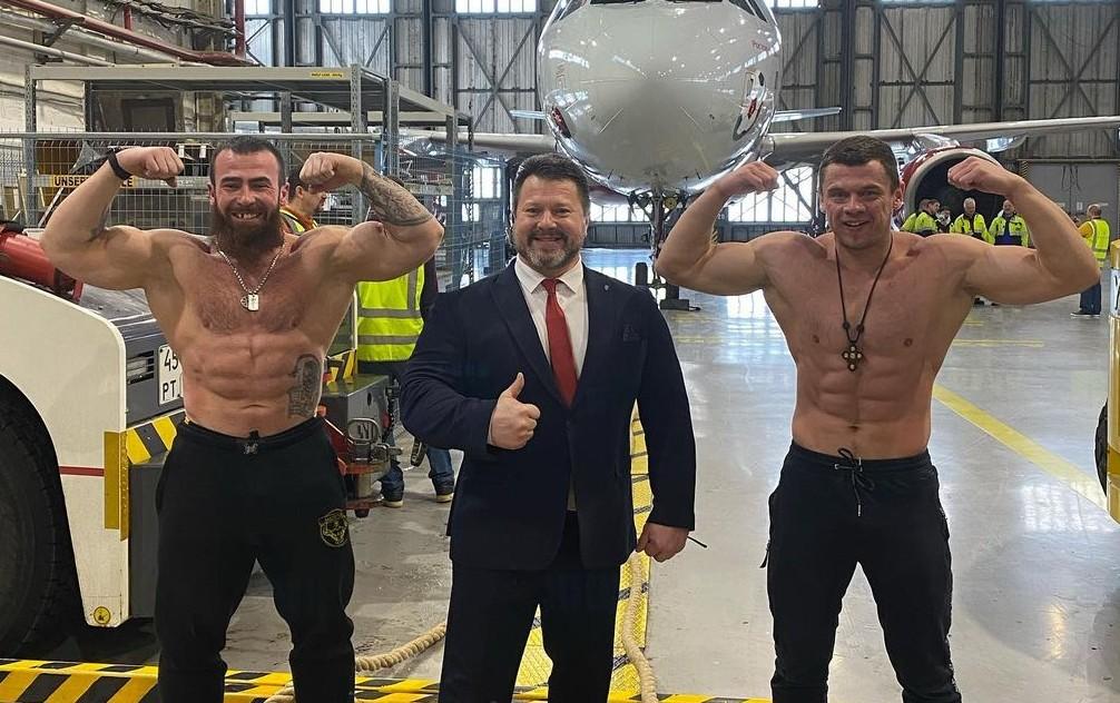 两项世界纪录:符拉迪沃斯托克(Hladivostok)本地人拖了40吨重的飞机