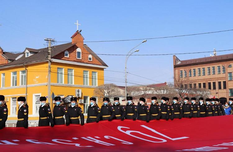 Масштабная копия Знамени Победы. Фото с сайта правительства Приморского края