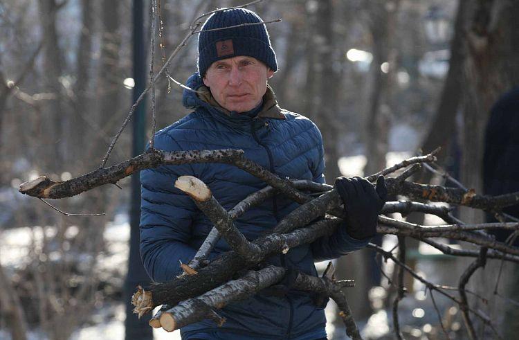 Олег Кожемяко на субботнике. Фото - Иван Дякин